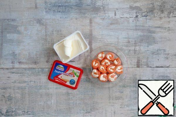 Grease each slice of salmon with a thick layer of cottage cheese, pepper generously and roll the slices into a roll. If the rolls are too wide, thin, sharp knife, soaking it in hot water, cut them in 2-3 pieces.