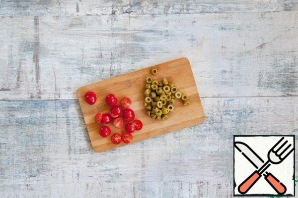 Cut the olives and cherry tomatoes in half.