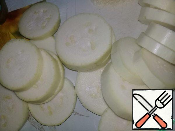 Zucchini cut into circles, do not salt.