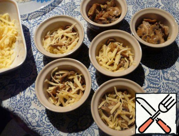 In forms for julienne spread mushrooms with onions, add cheese, mix a little. Pour over the sauce.