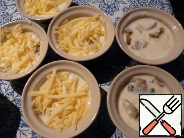 Sprinkle cheese on top. Bake in the oven for 15 minutes at a temperature of 180 degrees. A pleasant appetite! Tasty to mushrooms put an Dor-blue.