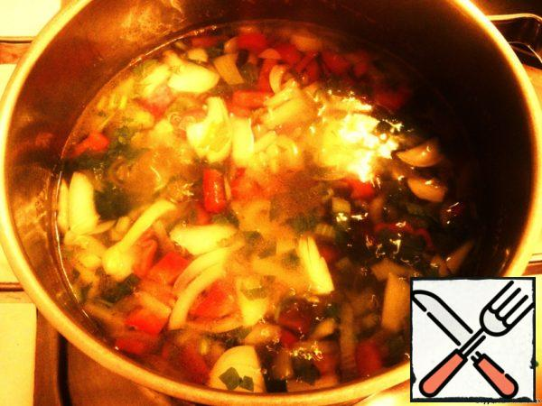 Cut potatoes into medium cubes, chop onions, celery, hot and sweet peppers. Boil the above products of vegetable broth, adding in a pot of vegetable oil. Cook over medium heat for about 40 minutes to soften the vegetables.