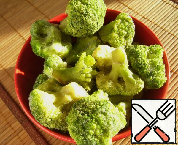 The first thing we need to do is boil broccoli. Send cabbage in boiling salted water and cook for 3 minutes. Then recline in a colander and pour ice-cold water (I read somewhere that it helps to preserve the beautiful green color of broccoli, always do).