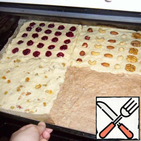 In each divided part of the dough I put, respectively, raisins, nuts, cherries and cocoa.