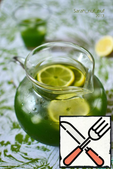 Then strain through a fine sieve and add the remaining 0.5 liters. strongly carbonated water. In a large jug to a third of the ice fill, pour lemonade, decorate with slices of lemon.