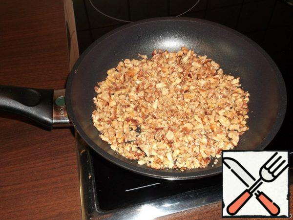Chop the walnut kernels and fry in a pan without adding oil. Remove from heat.
