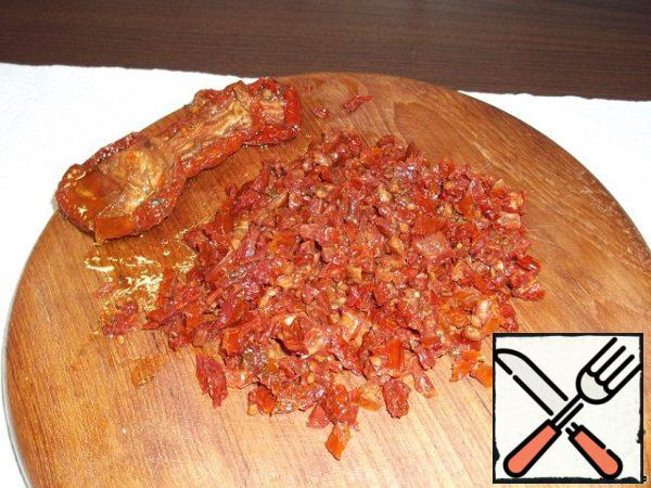 Dried tomatoes free from excess oil and chop.