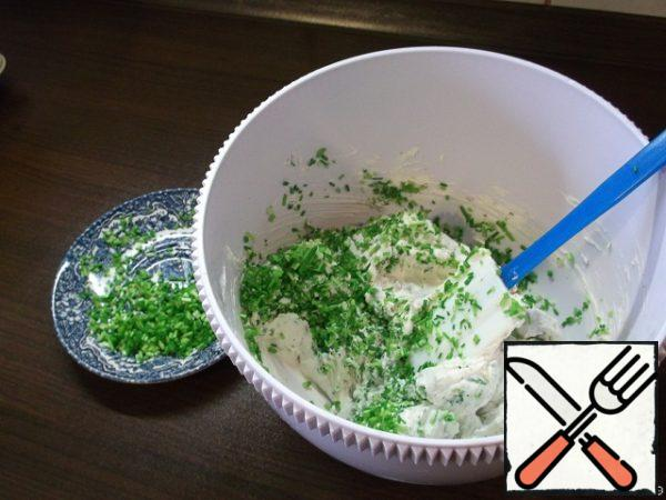In a separate bowl combine 400 grams of cheese with nuts and chives. Add a little white pepper to taste. Mix thoroughly with a spatula.