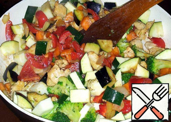 On a hot and oiled pan laid out vegetables and fillets. Minutes three, five fried, no more.
