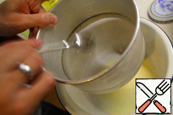 Wipe corn flour through a sieve.