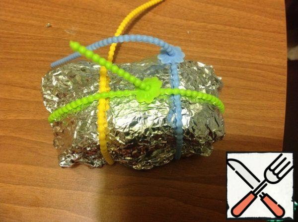 Package for baking cut and drain the juice (it may still come in handy). Wrap the meat in foil and tighten with bundles. Give it to cool for at least 4 hours, it is better to leave overnight in the refrigerator.