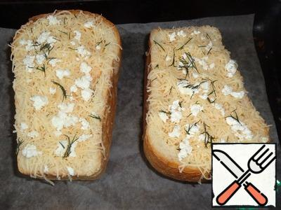 Fill the bread. Sprinkle with cheese, grated on a fine grater, cottage cheese and dill. Put on a baking sheet.