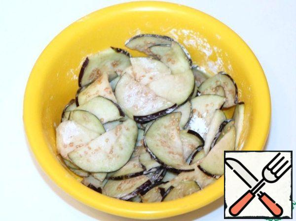 Wash, dry and cut eggplant into thin enough halves. Well to put salt on them and give them a bit to stand up (thus leaves fact bitterness) ~5 minutes. Then rinse them well under running water and pan in starch.