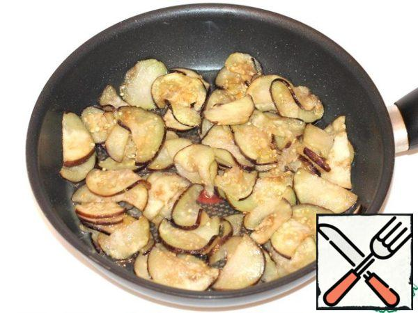 In a frying pan with heated vegetable oil fry the pieces of eggplant to an appetizing crust.