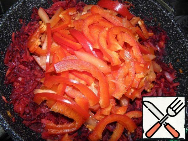 Then add the tomatoes, (who likes a more intense taste a spoon of tomato paste), bell peppers, and sauté for 3 minutes. And spices to taste.