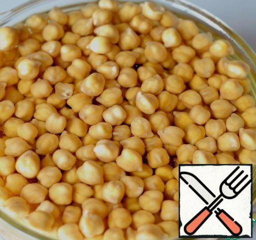 Chickpeas soak in a large bowl in cold water at night. Water should be 5 times more than chickpea. For the night, he will greatly increase. In the morning, pour the chickpeas with a fresh portion of cold water (1:5), bring to a boil and leave to simmer for an hour. At the end of cooking, add salt to taste. Next, let the chickpeas cool completely. Keep the broth.