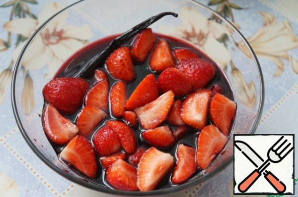 Almost in the cooled syrup, add the balsamic vinegar and strawberries.
