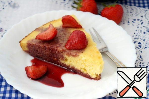 Cut the cake into slices and serve with strawberries in syrup.