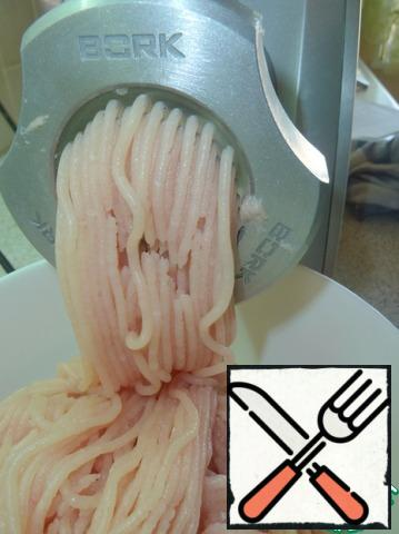 Fillet of chicken breast to pass through a meat grinder with a lattice diameter at first 4,5 mm, then two more times with a lattice diameter of 3 mm (that for pates).