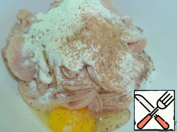 In minced chicken breast add milk powder, black pepper (optional), egg and nutmeg, mix thoroughly.