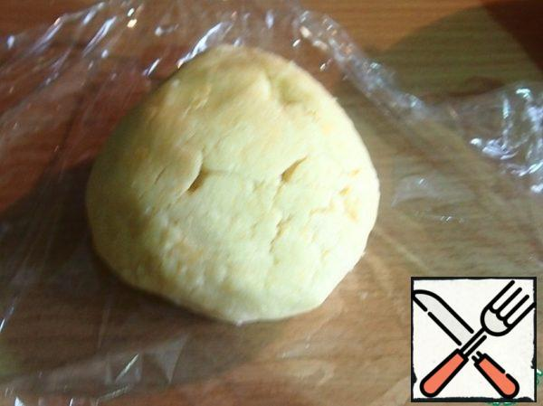 From flour, soft butter, sugar, yolks, water and salt knead the dough.