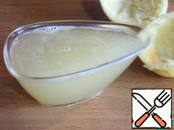Meanwhile, prepare the lemon cream. From lemons to squeeze the juice. I got exactly 100 ml.