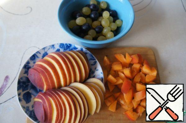 Prepare the fruit. I had 1 peach and a sprig of green and black seedless grapes. Peach cut into very thin slices.
