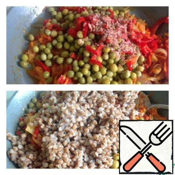 When the vegetables are almost ready, pour the peas, salt, spices and chili peppers finely chopped. Mix everything and simmer for 2 minutes. Then pour the boiled buckwheat, mix and then under the lid for a couple of minutes.