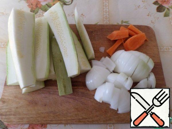 Vegetables are washed with water, cleaned and cut.