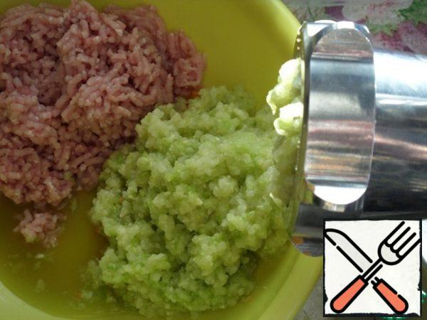 Cut carrots and zucchini are also passed through a meat grinder.