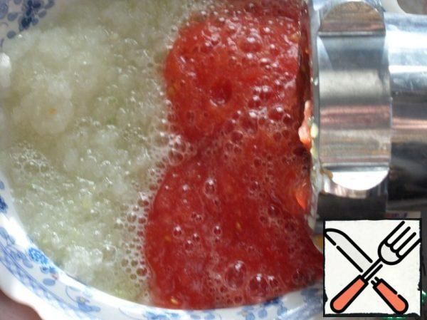 Skip the tomatoes and onions through a meat grinder in a separate Cup.