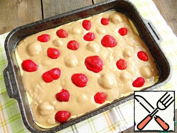 Spread the remaining berries on the brown dough.