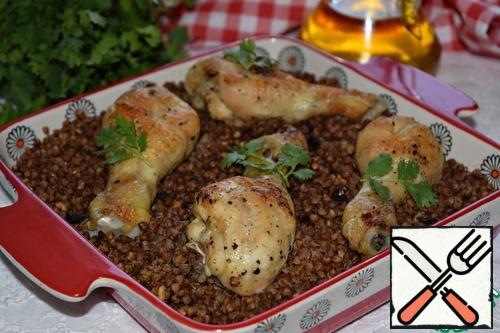 Chicken with buckwheat is ready! Serve the dish with your favorite herbs.