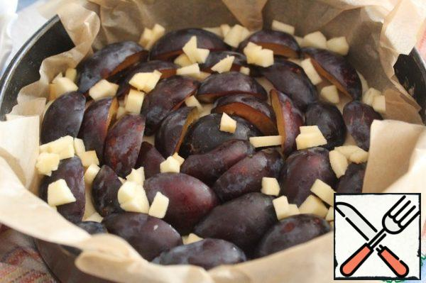 The form vystelit parchment - I prefer to get the pie and does not leak and does not burn. Put the dough into the bottom evenly. Plums break into halves and remove the bones. On the dough put halves of plums, sprinkle with apples and remove in a warm place for 15-20 minutes.