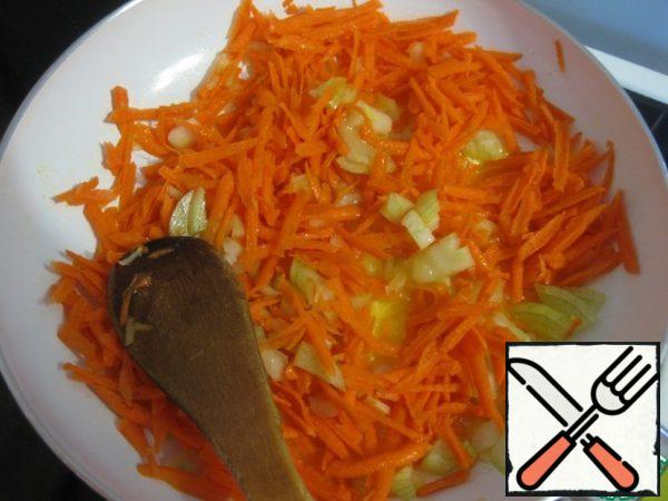 In a preheated pan, with the addition of oil, fry our vegetables until soft carrots.