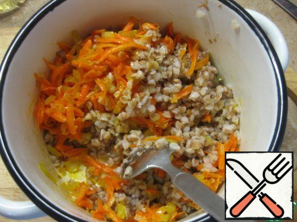 Put buckwheat, vegetables, a spoonful of mayonnaise (for a bunch) in a bowl and mix everything, salt and pepper to taste.