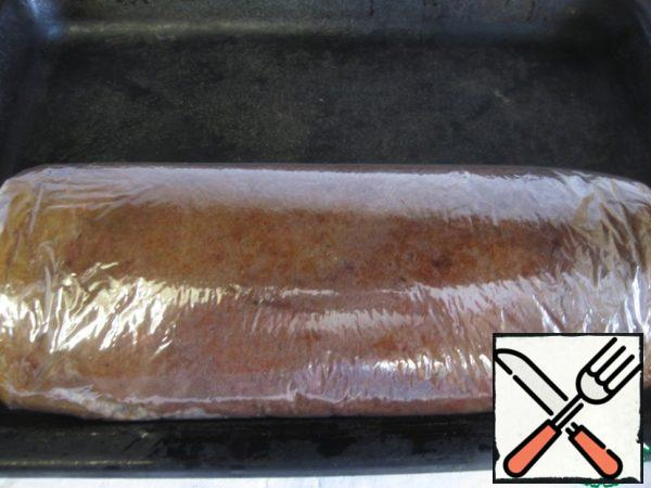 A little cool and still warm, turn it into a roll with paper (I had a sleeve for baking)), so it is well then kept in shape. Allow to cool completely.