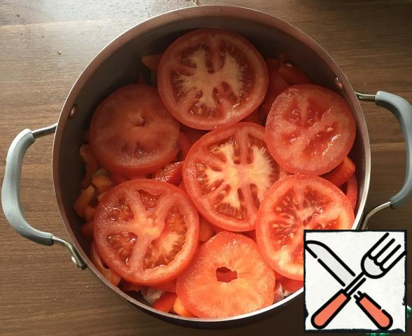 Place the pepper on a layer of onion. Place the chopped tomato on top. Salt.