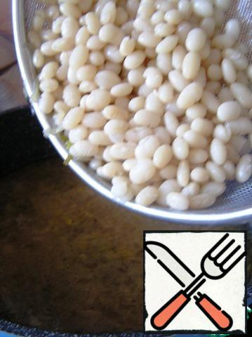 Pour the broth, bring to a boil, put the beans, mix.