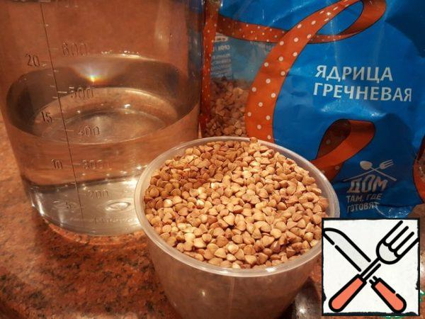 Very often I do not boil buckwheat, and soaked overnight, and in the morning it only needs to warm up. Store this soaked in water buckwheat can be refrigerated for several days. And so, if necessary, wash buckwheat and pour cold drinking water. Put the container in the refrigerator.