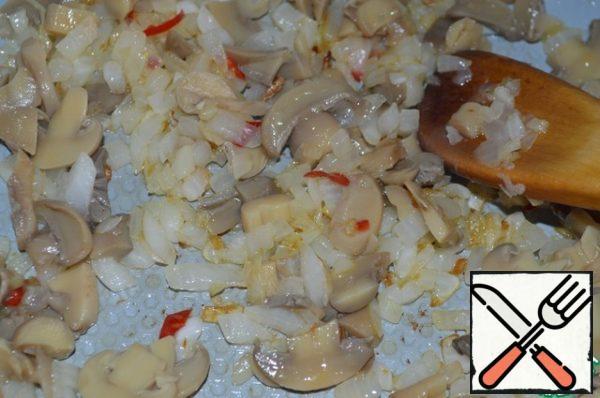 Add sliced mushrooms. Fry for 5 min.