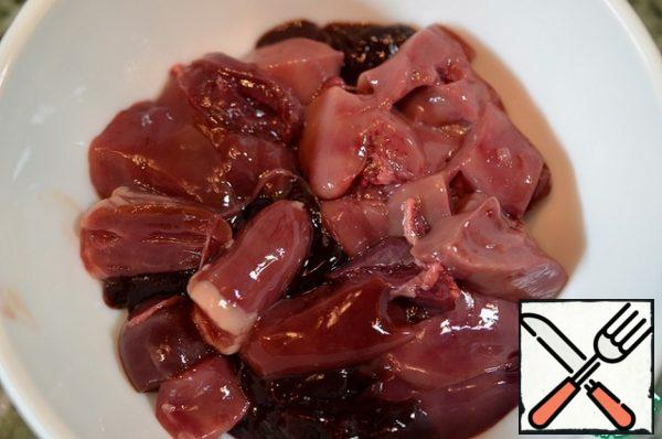 Wash the liver, cut into small pieces. I have chicken liver and rabbit liver.