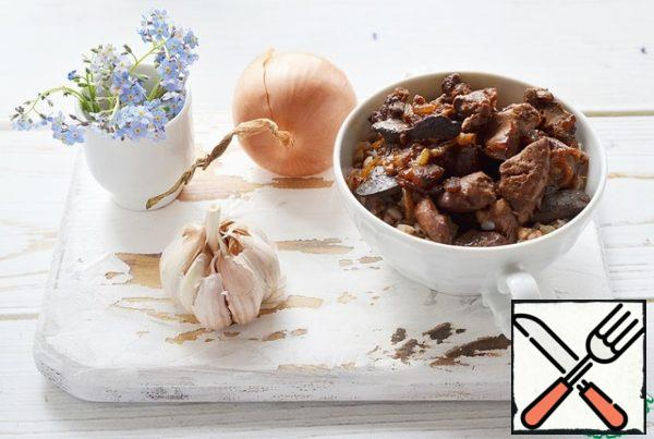 Spread boiled buckwheat, and on top of the liver in honey sauce and serve!