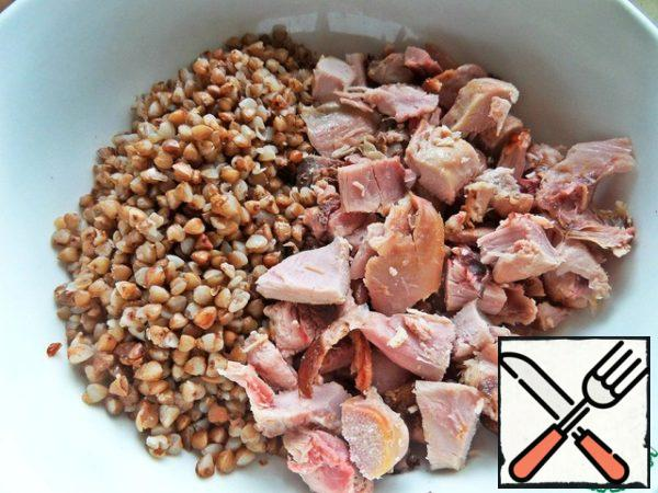 Buckwheat boiled pour from the pouch and combine with chicken.