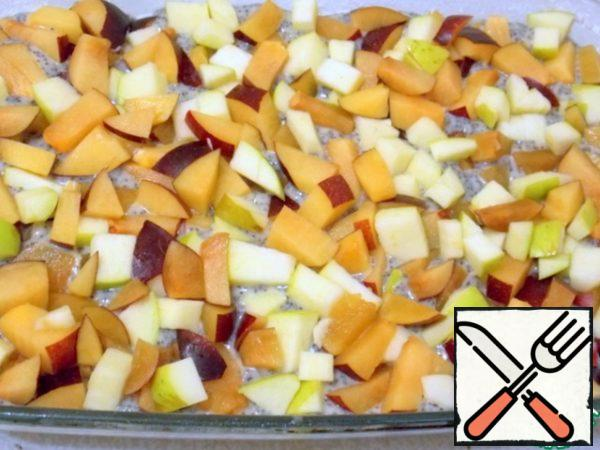 Apples clear from the core, plums pitted and cut into medium dice. Lay on the surface in one layer, press a little into the dough.