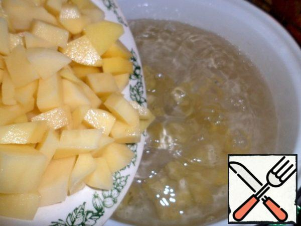 In boiling water-3 liters, add diced potatoes, boil after boiling for 15 minutes.