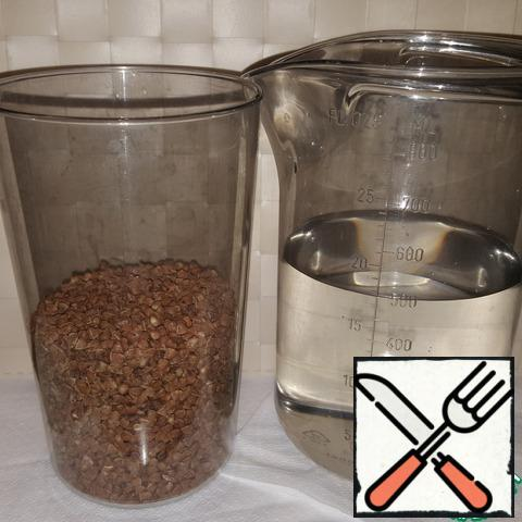 Pour the right amount of buckwheat into a suitable container with a lid. Fill with clean drinking water, close the lid and put in the refrigerator. I pour buckwheat water at a rate of about 1:1.7, you can pour a little more water, but definitely not more than 1: 2.