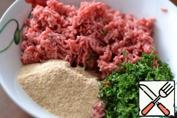 In a separate bowl, mix the minced meat (I have beef), breadcrumbs and finely chopped parsley.