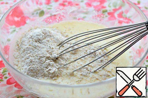 Sift flour, mix it with bran. If you categorically do not like bran in baking, replace them with wheat flour. (that is, put 180 g of wheat flour) Pour the flour with bran into the kefir-egg mass, mix the dough with a whisk until smooth.