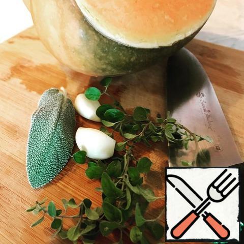 Garlic chop with a knife.